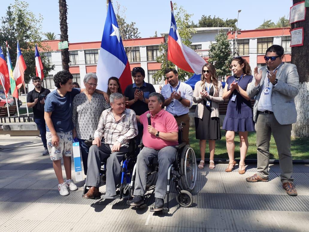 Alcalde de Rengo Carlos Soto junto a beneficiarios del programa