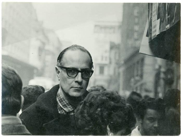 Fotografía de Fernando Krahn en calle Estado Santiago. Archivo Nemesio .._